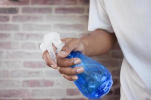 Tischoberfläche mit Desinfektionsspray reinigen foto