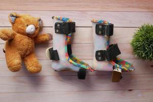 Kinderschuhe für Kinder mit Zerebralparese auf Tisch foto