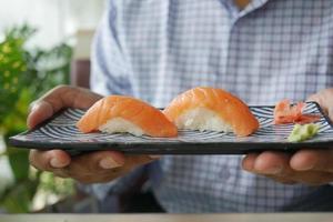 traditionelles japanisches Nigiri-Sushi mit Lachs auf Teller foto