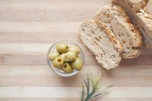 Scheibe Vollkornbrot und Olivenöl auf dem Tisch foto