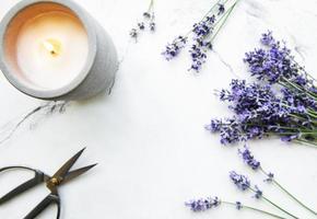 Lavendelblüten, Kerze und Schere foto
