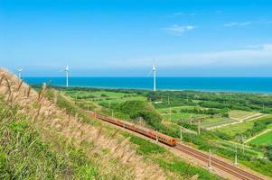 Regenweg an der Küste mit Windkraftanlagen foto