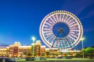 Themenpark mit Riesenrad in Taichung in der Abenddämmerung, taiwan foto