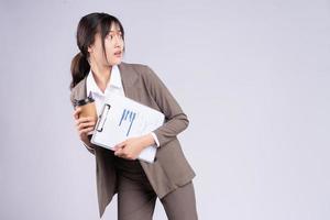 junge asiatische Geschäftsfrau auf der Flucht foto