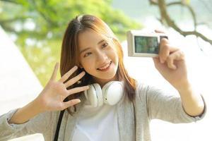 ein Foto einer Touristin, die ein Selfie macht