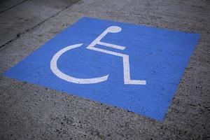 Behindertenschild auf dem Asphalt foto