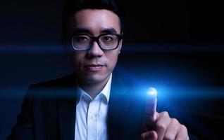 abgeschnittenes Bild eines asiatischen Geschäftsmannes, der einen Heiligenschein berührt foto