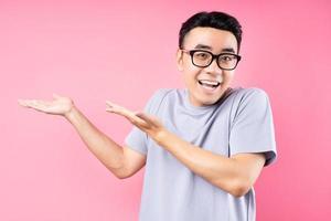 Porträt des asiatischen Mannes, der auf rosa Hintergrund mit vielen Ausdrücken posiert foto