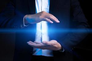 abgeschnittenes Bild eines asiatischen Geschäftsmannes, der einen Heiligenschein mit zwei Händen einwickelt foto