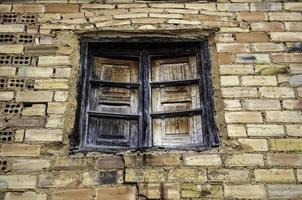 rostiges und zerbrochenes Fenster foto
