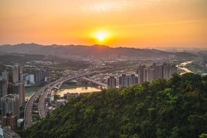 neues taipeh mit der autobahn in der dämmerung, taiwan foto