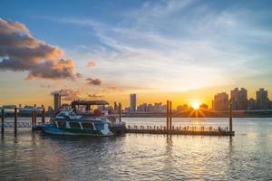 Sonnenuntergang am Dadaocheng Pier in Taipeh, Taiwan foto