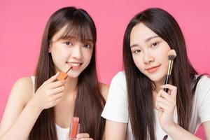 zwei schöne junge asiatische mädchen machen sich wieder gut foto
