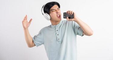 der asiatische mann hörte musik beim mitsingen foto