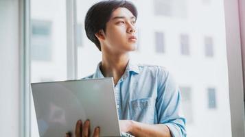 Porträt eines asiatischen männlichen Geschäftsmannes, der aufmerksam arbeitet foto