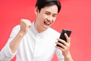 ein Foto von dem Mann, der seinen Sieg feiert, als er eine SMS auf seinem Handy erhält
