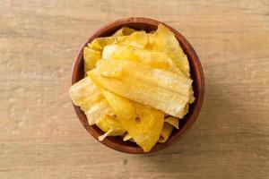 Bananenchips oder gebratene und gebackene Bananenscheiben foto