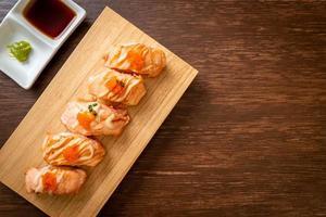Gegrilltes Lachs-Sushi auf einer Holzplatte - japanische Küche food foto
