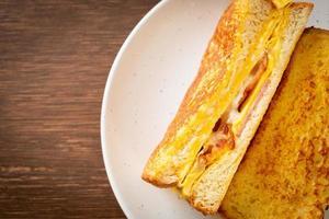 hausgemachter French Toast mit Schinken, Speck und Käsesandwich mit Ei foto