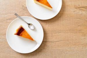 hausgemachter gebrannter Käsekuchen auf einem weißen Teller foto