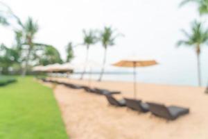 abstrakte Unschärfe Strandkorb am Strand mit Ozean Meer für den Hintergrund - Reise- und Urlaubskonzept foto