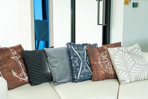 Kissendekoration auf einem Sofa im Wohnzimmer foto