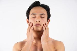 Porträt eines gutaussehenden jungen Mannes mit sauberen Muskeln und Haut foto