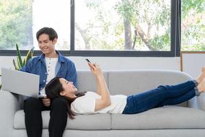 junges asiatisches paar, das ihr frisch verheiratetes leben genießt foto