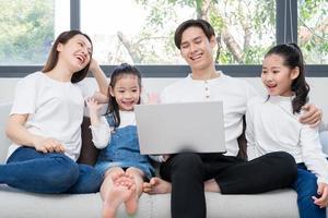 junge asiatische familie unterhalten zu hause in der freizeit foto