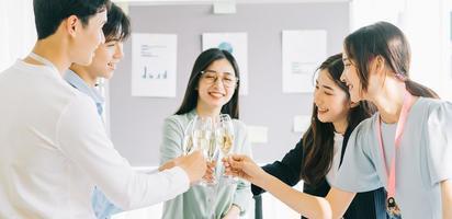 Gruppe von Geschäftsleuten, die den Erfolg des Projekts im Unternehmen feiern, Jahresabschlussfeier, Frohes neues Jahr foto