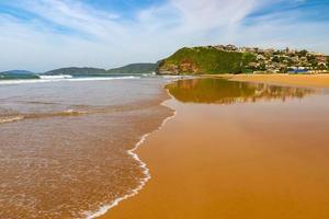 tropischer Strand mit goldenem Sand foto