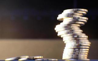 Münzen auf Tischhintergrund und Sparen von Geld und Geschäftswachstumskonzept, Finanz- und Investitionskonzept foto
