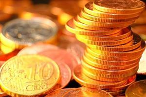 Münzen auf Tischhintergrund und Geld sparen und Geschäftswachstumskonzept, Finanz- und Investitionskonzept, investieren Sie es, um es noch mehr wachsen zu lassen, Wachstumsgeld der Rentabilität professioneller Investitionen foto