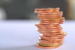 Stapel von Münzen auf Tischhintergrund und Sparen von Geld und Geschäftswachstumskonzept, Finanz- und Investitionskonzept foto