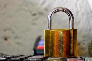 Vorhängeschloss auf Tischhintergrund und Geschäftssicherheitskonzept zum Schutz personenbezogener Daten foto