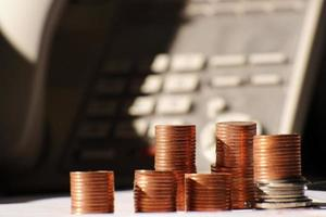 Münze auf Tischhintergrund und Geschäft oder Finanzen sparen Geld foto