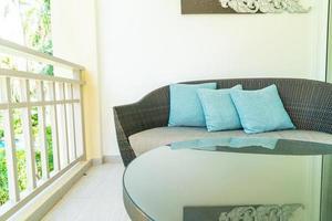 bequeme Kissendekoration auf Terrassenstuhl auf Balkon foto