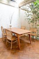 leerer Tisch und Stuhl in einem Café und Café-Restaurant foto