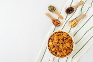 Körner Cornflakes aus Cashewnüssen, Mandeln, Kürbiskernen und Sonnenblumenkernen - gesundes Mehrkornfutter foto