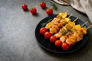 gegrillter Hähnchen-Grillspieß auf Teller foto
