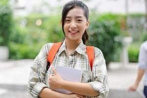 asiatischer Student auf der Straße foto