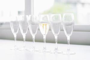 sechs Gläser auf dem Tisch foto