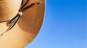Teil des Sommerhuts auf dem Hintergrund des klaren blauen Himmels foto