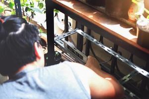 Do-it-yourself-Konzept, Handwerker verwendet einen Wasserstandsmesser, um alte Eisenteile zusammenzubauen. Machen Sie ein Regal an Ihrem freien Wochenende. foto