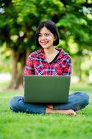 asiatische frauen lächeln glücklich und laptop. Online arbeiten Online-Kommunikation Messaging Online-Lernen Online-Kommunikationskonzept foto