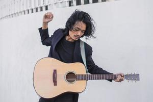 Porträts Mann halten Gitarre spielen Musikfestival im Freien, Lifestyle Mode Musik Straße im Freien foto