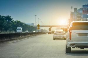 mpv 7-sitziges Auto Autofahren auf der Autobahn foto