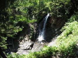 Wasserfall. Bergwasserfall im Park foto