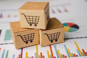 Warenkorb-Logo auf der Box mit Diagrammhintergrund. Bankkonto, investitionsanalytische Forschungsdatenwirtschaft, Handel, Online-Unternehmenskonzept für den Geschäftsimport und -export. foto