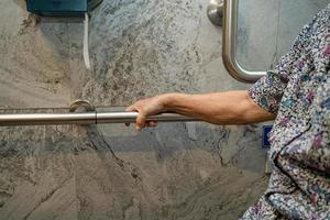 asiatische Senioren oder ältere alte Damenpatienten benutzen Toiletten-Badezimmer-Griffsicherheit in der Krankenstation, gesundes starkes medizinisches Konzept. foto